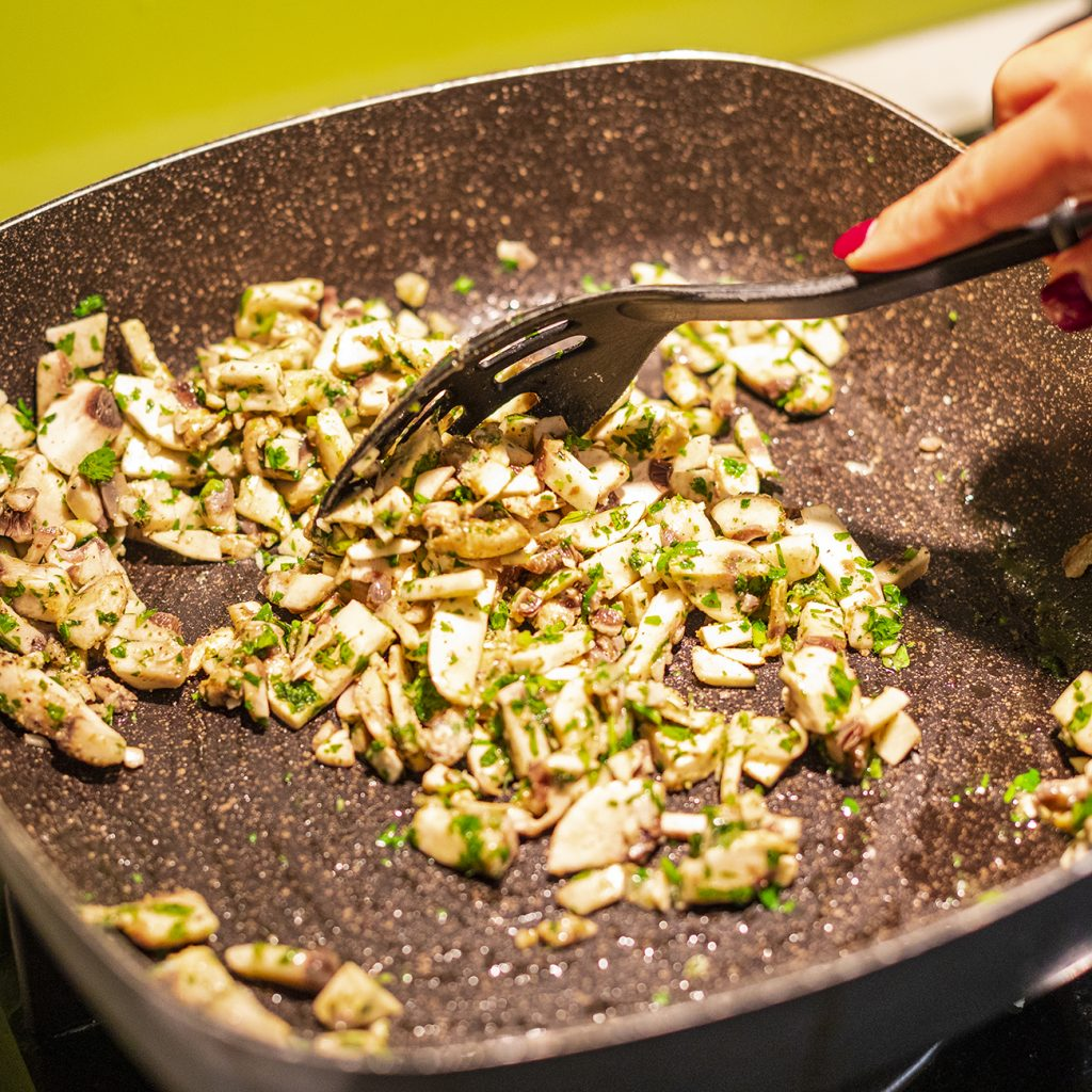 طرز تهیه خوراک قارچ با سس مهیاوه جنوبی