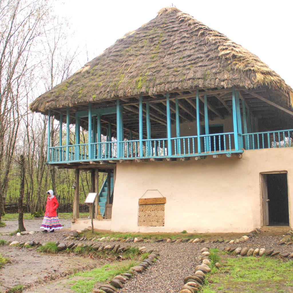 زن محلی در کنار خانه گیلان